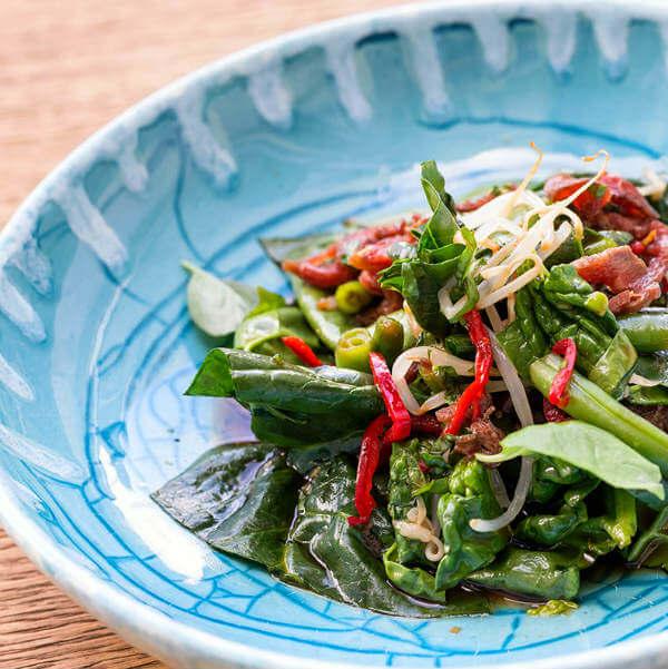 Зеленый салат из цикория, стручковой фасоли и чили в йогуртовом винегрете