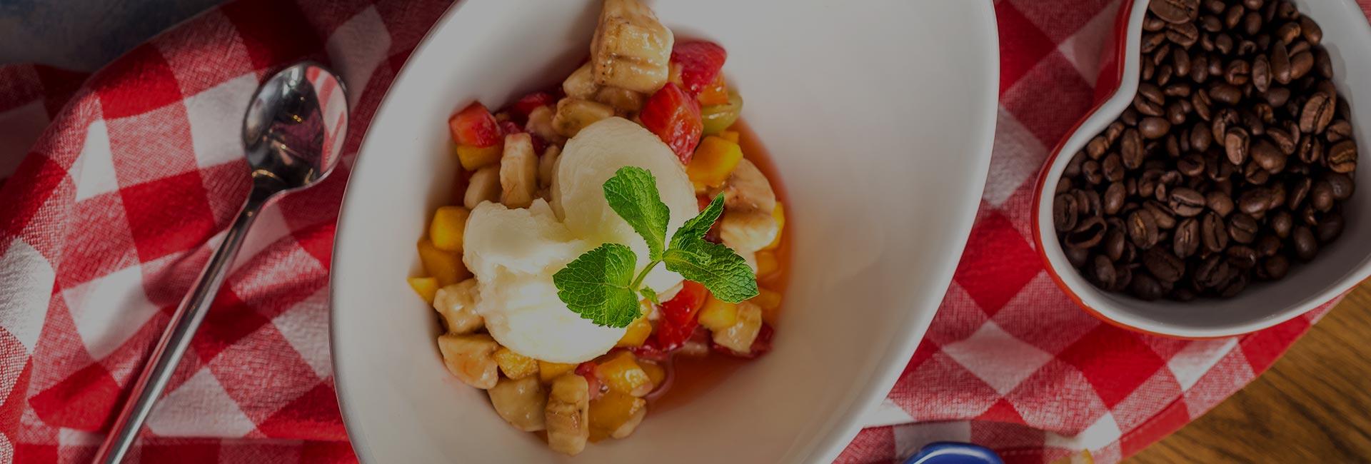 Салат из клубники, банана и персика с домашним сорбетом из лимона и сиропа «Самбука»