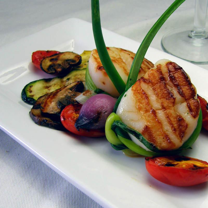 Салат с овощами гриль, морскими гребешками и соусом цитронет