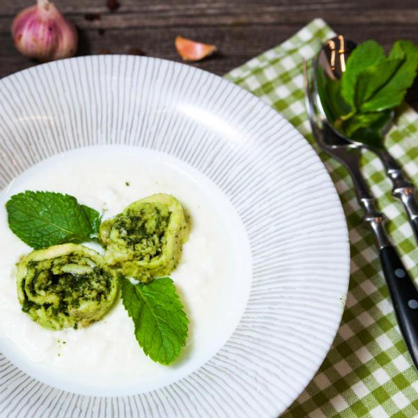 Гебжалия – рулет из сыра сулугуни с мятной аджикой и соусом из мацони