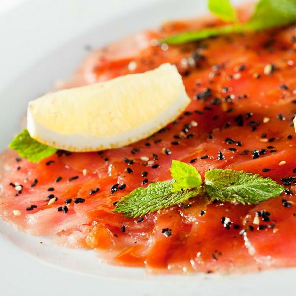 Карпаччо из тунца и арбуза с соусом из меда и маракуйи