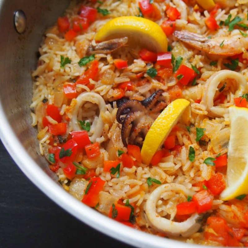 Паэлья – Рaella de marisco – с треской, креветками и осьминожками, сладким перцем, ароматным шафраном и зелёным горошком
