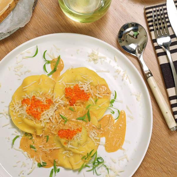 Равиолони с лососем под соусом из горгонзолы и капусты романо, с украшением из пряных черных крошек и красной икры