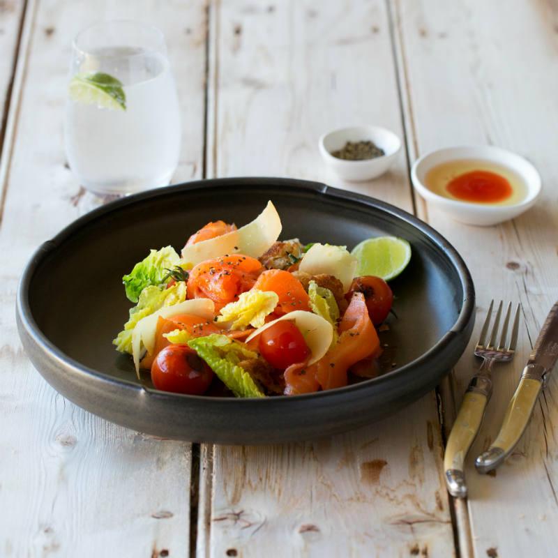 Микс салатных листьев с овощами-гриль и нежным слабосоленым лососем