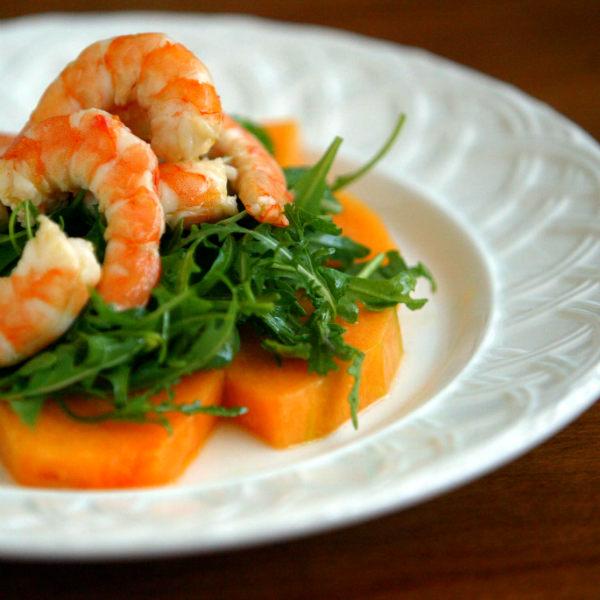 Летний салат с рукколой, креветками, дыней под особым соусом из йогурта.