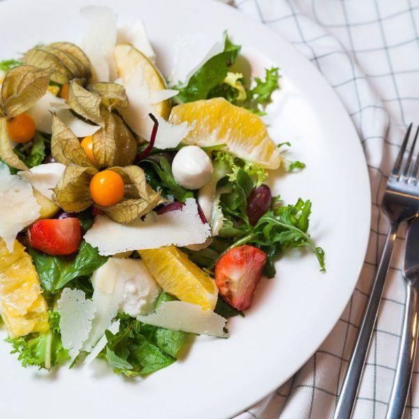 Салат с двумя видами итальянского сыра и карамелизированными фруктами