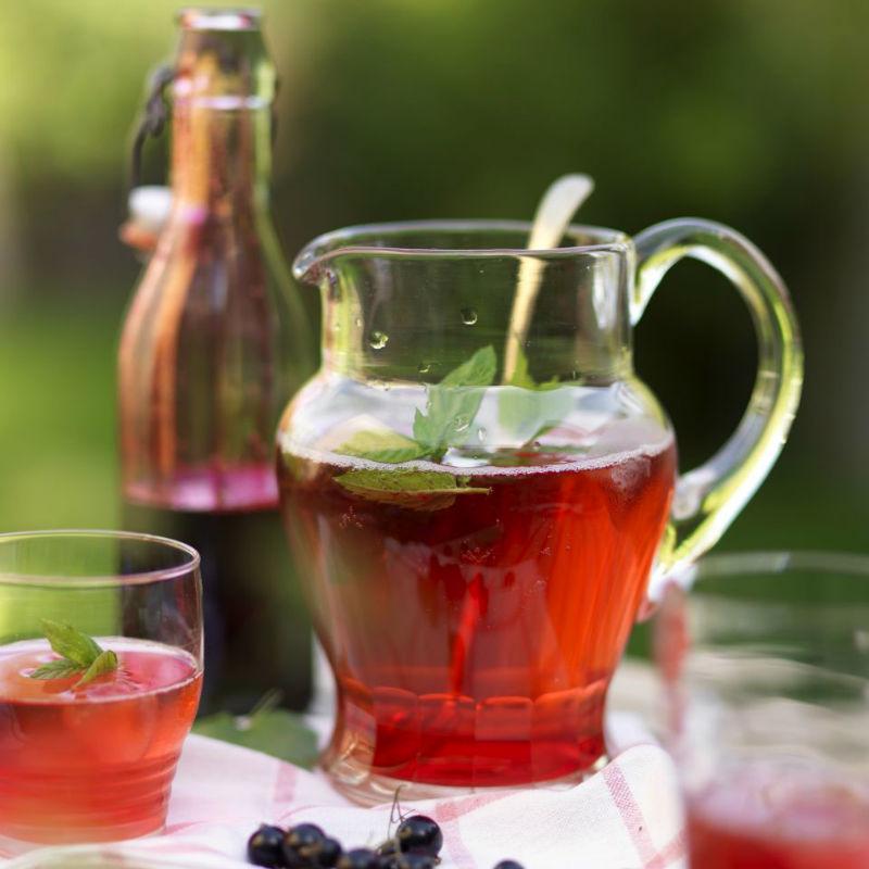 Освежающая сангрия на основе белого вина с мятой, лимоном и чёрной смородиной