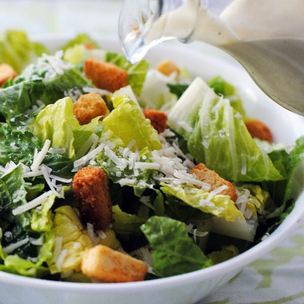 Салат «Цезарь» с курицей и домашним соусом