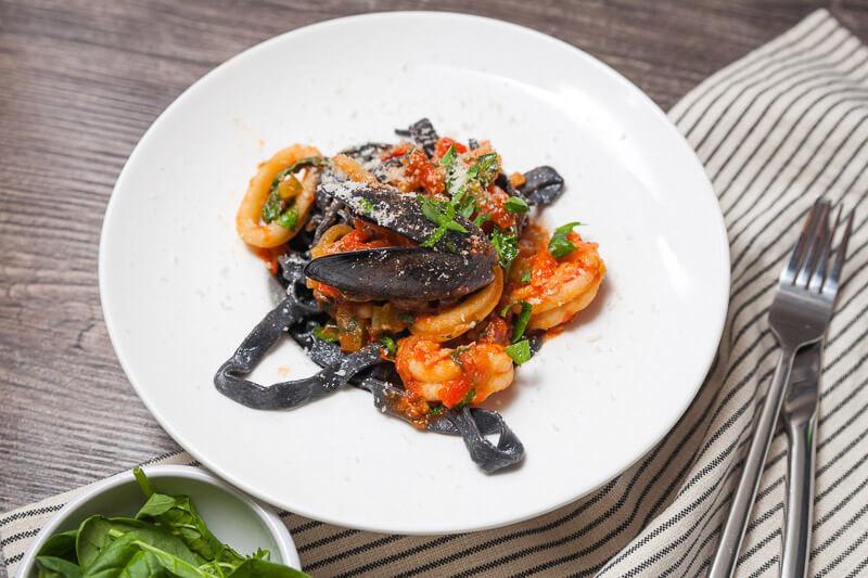 Домашняя паста с чернилами каракатицы и морепродуктами