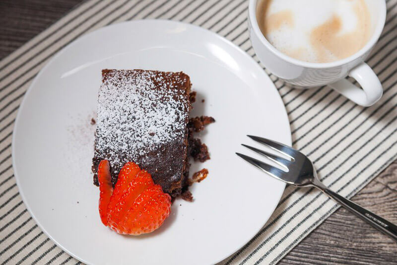 брауни с пеканом и вяленой вишней на десерт