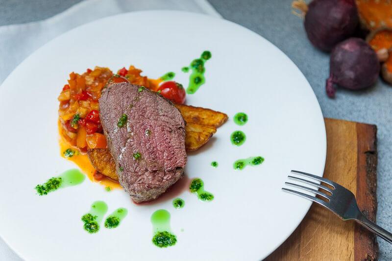 шатобриан с винным соусом и овощным соте