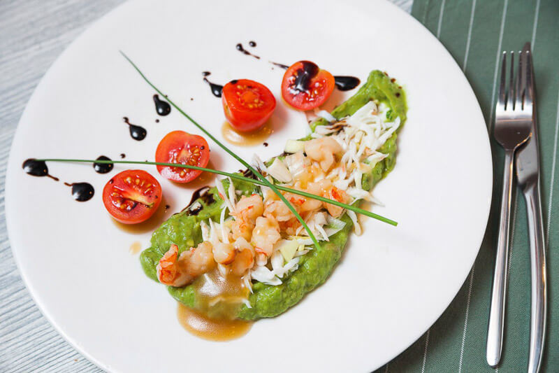 салат с крабом, огурцом, коктейльными креветками, тар-таром из авокадо