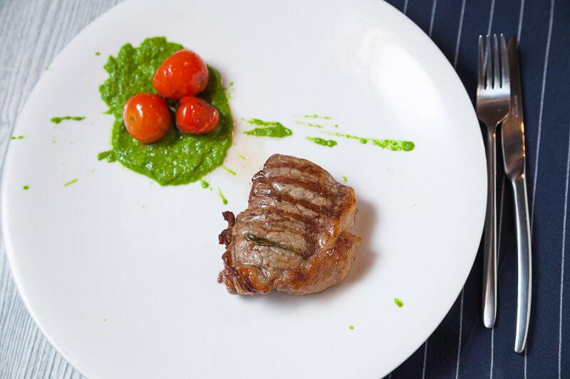 стейк Пиканья с соусом «Чимичурри» и помидорами черри