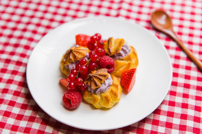 Пирожные «Шу» с кремом из маскарпоне и свежими ягодами