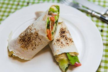 Пшеничная пита с жареным халуми, хумусом и микс-салатом