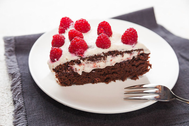 шоколадный торт с воздушным ванильно-кокосовым кремом из кешью, свежими ягодами и секретным ингредиентом