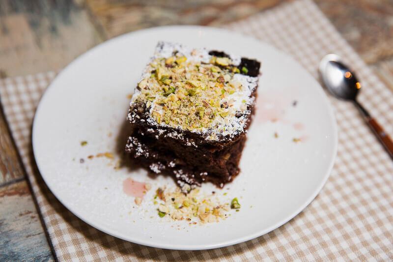 Ароматные экстремально-шоколадные брауни с орешками и вяленой клюквой