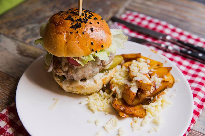 Бургер «Супергерой» с сочной мясной котлетой (говяжья, куриная – на выбор) на домашней булочке с кунжутом, подается с полезным картофелем фри