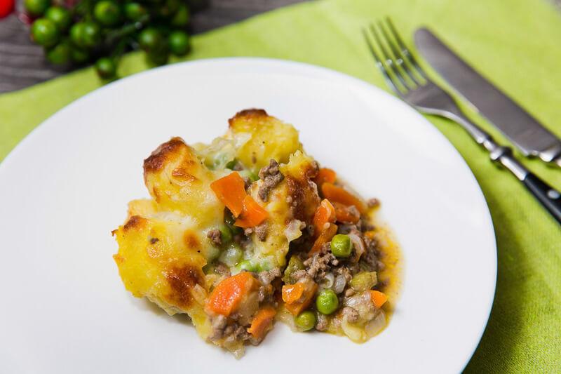 Пастуший пирог с сочной начинкой их говядины и овощей под румяной шапочкой из картофельного пюре