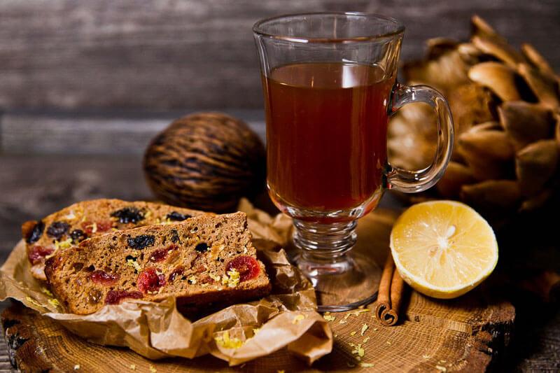 Йоркширский кекс – традиционная выпечка с сухофруктами и орехами, покрытая лимонной глазурью