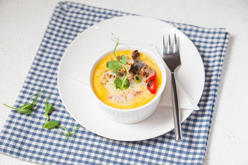 Морепродукты с шафрановым соусом под сырной корочкой