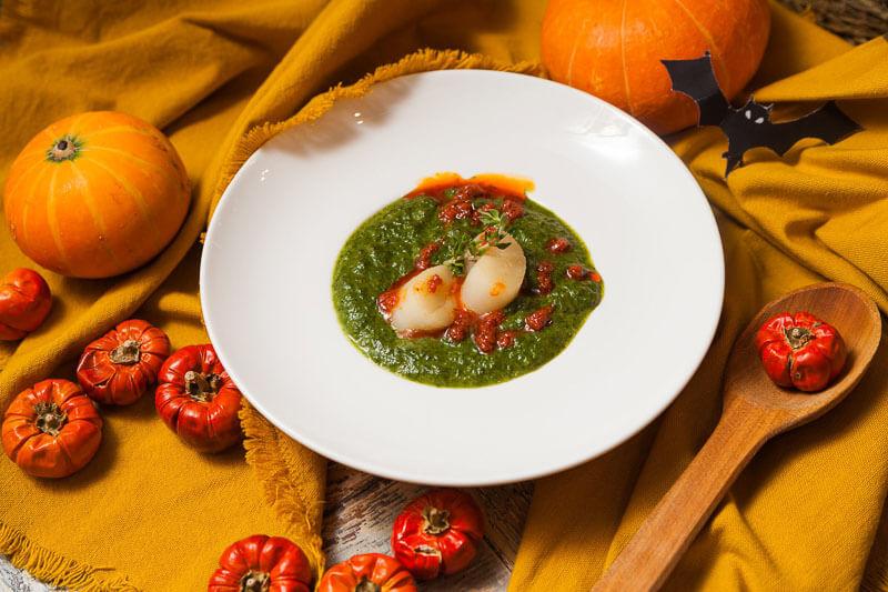 Сливочный крем-суп из шпината с морскими гребешками.