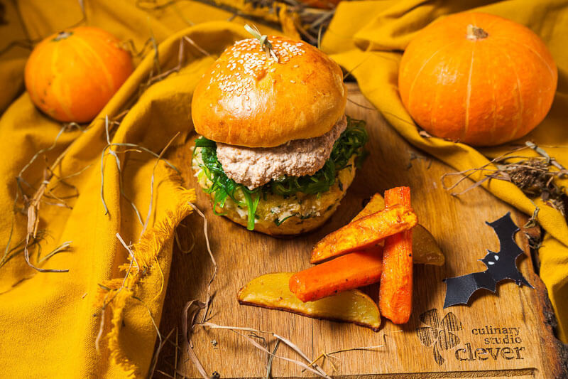 """""""Болотный"""" фиш-бургер с водорослями чука и ореховым соусом под картофельными корягами-фри"""