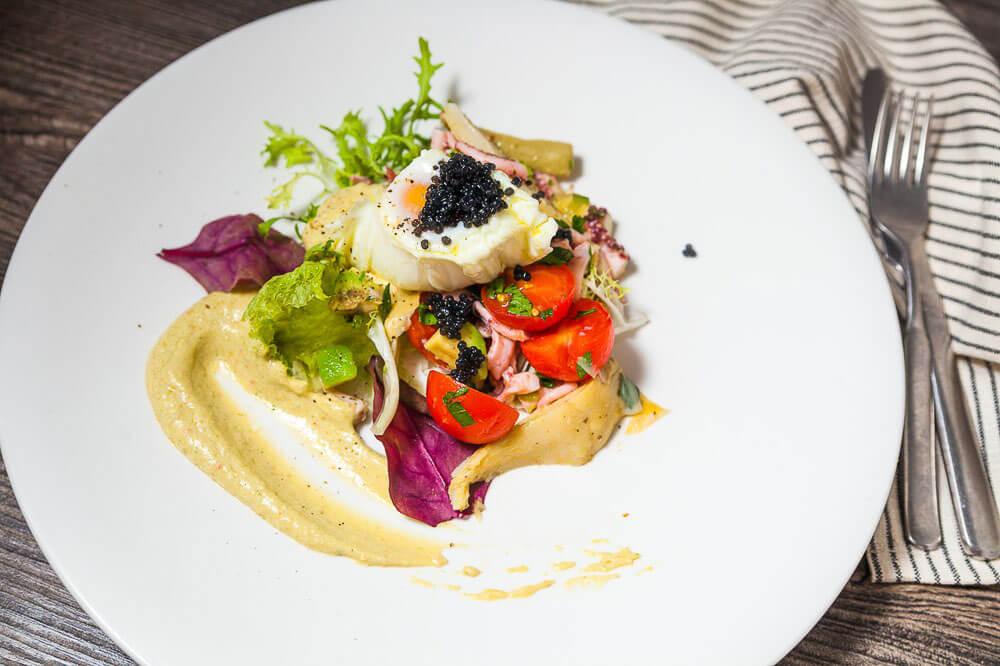 Салат из щупальцев осьминога под соусом из турецкого козьего сыра тулум, с яйцом пашот и икрой палтуса