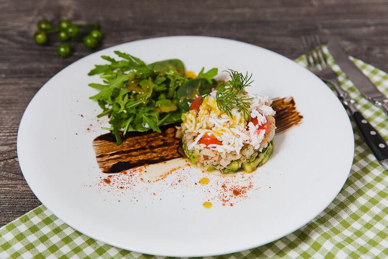 Салат с крабом, коктейльными креветками и тар- таром из авокадо