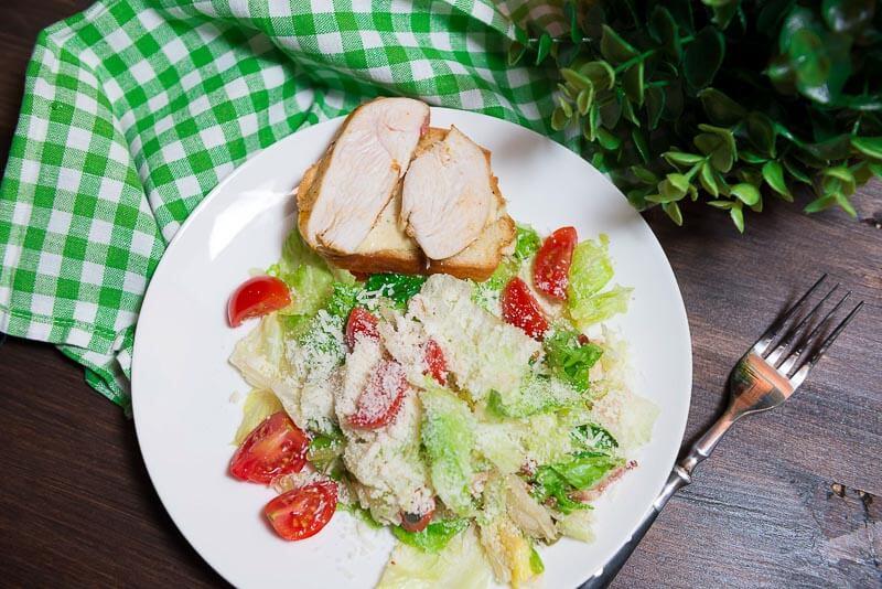 Хрустящий салат с курицей-гриль под пикантным соусом