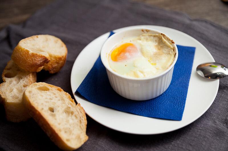 Яйца, запеченные в сливках с белыми грибами с хрустящими тостами