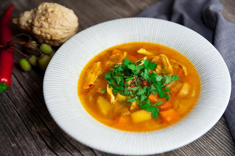 Мулигатони – легкий и пряный куриный суп с овощами и зеленым яблоком