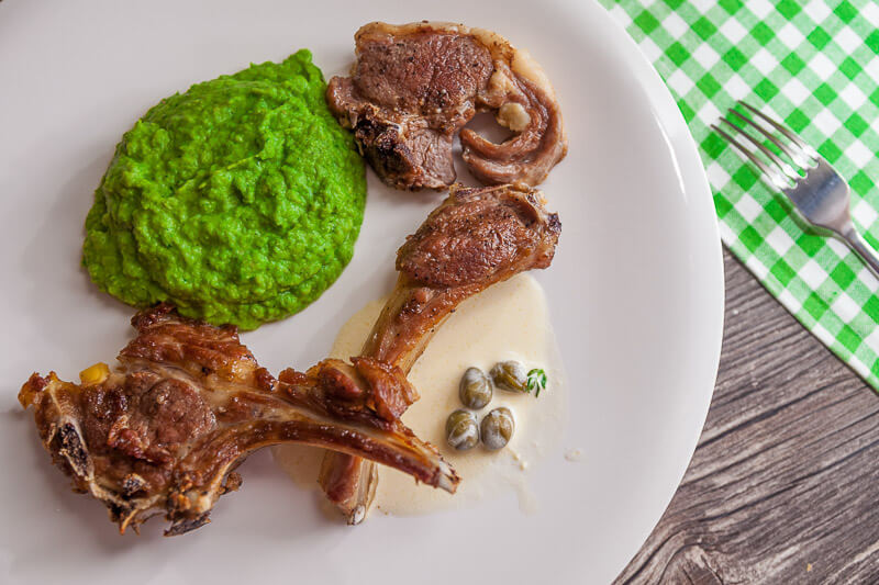 Бараньи котлетки на косточке с соусом из каперсов на пюре из зеленого горошка с мятой