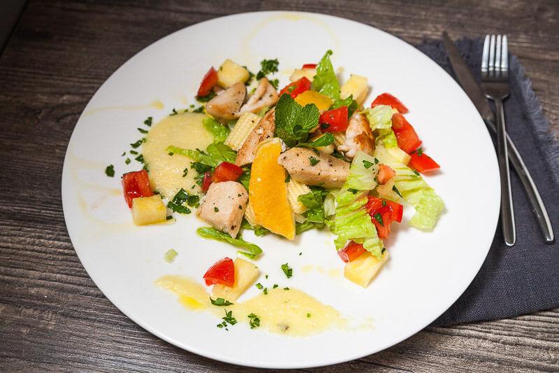зеленый салат с куриной грудкой и соусом из ананаса, кукурузы и мяты