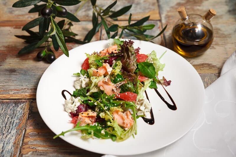Салат из нежного лосося на пару с грейпфрутом, ароматными травами и пряной рукколой