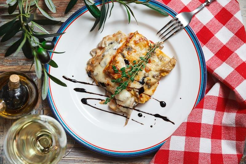 Лазанья с острой колбаской чоризо, лесными грибами в сливочном соусе