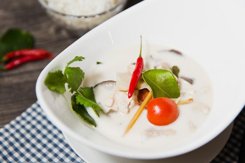 Кокосовый суп с курицей и тайскими специями и травами «Том Ка Гай»