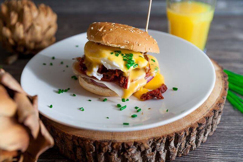 Бургер Бенедикт – нежные булочки с яйцом пашот, голландским соусом и копченой пармой
