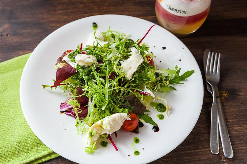 Салат с копченой моцареллой, опаленными томатами и микс-салатом