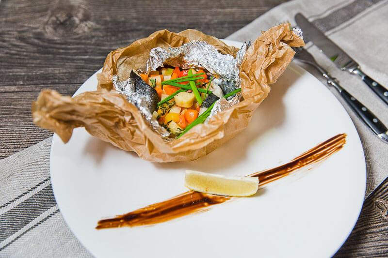 Филе сибаса, печеное в сидре, с яблоками, сельдереем и морковкой
