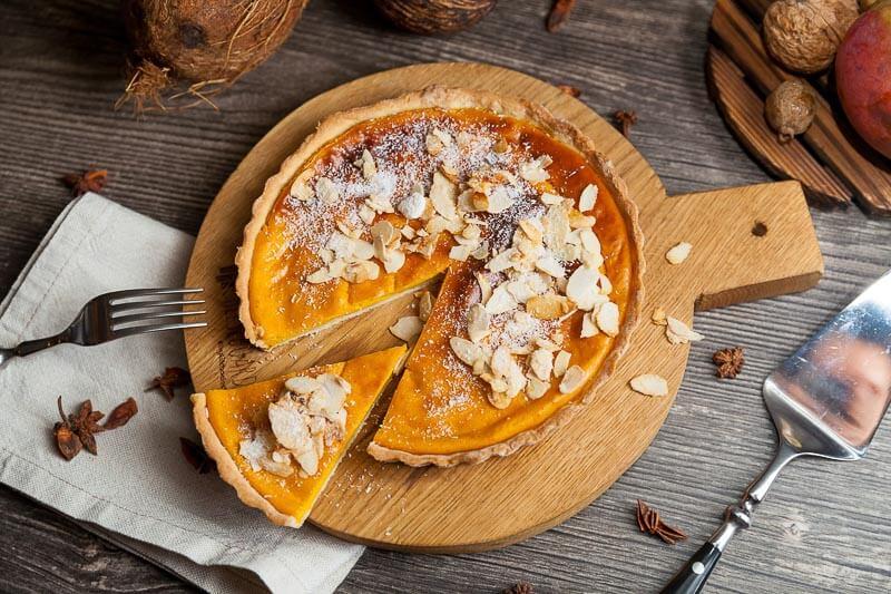 Манговый тарт с чили-орешками