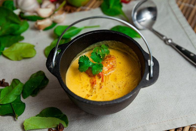 Крем суп с креветками, кокосовым молоком и чили