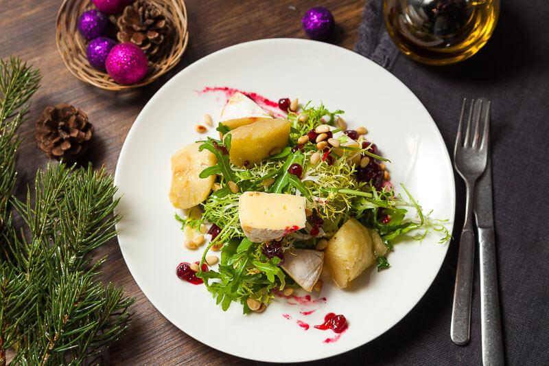 Легкий салат с сыром Бри, кедровыми орешками и клюквенным джемом