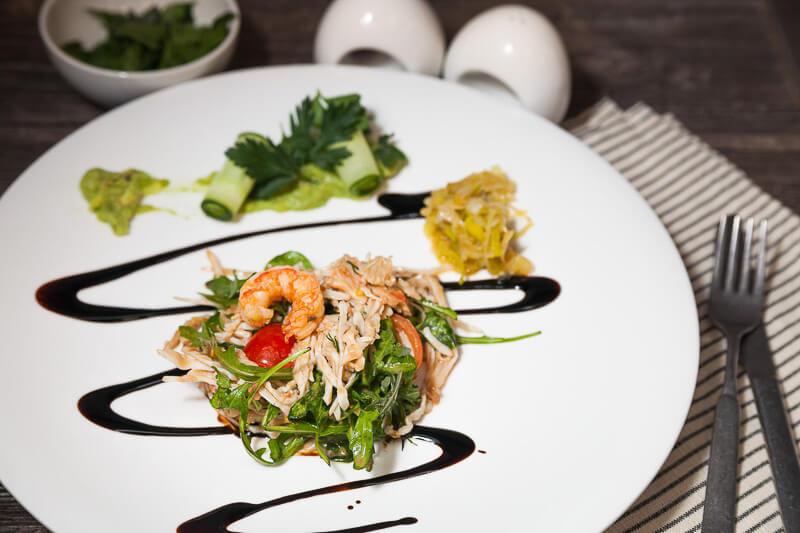 Салат с крабом, огурцом, коктейльными креветками, тар-таром из авокадо и соусом из манго