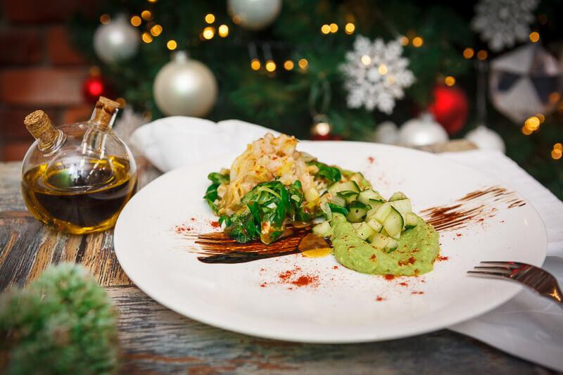Салат с крабом, коктейльными креветками и тар-таром из авокадо