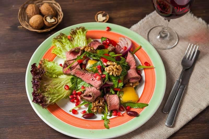 Салат «Тбилиси» с говядиной гриль