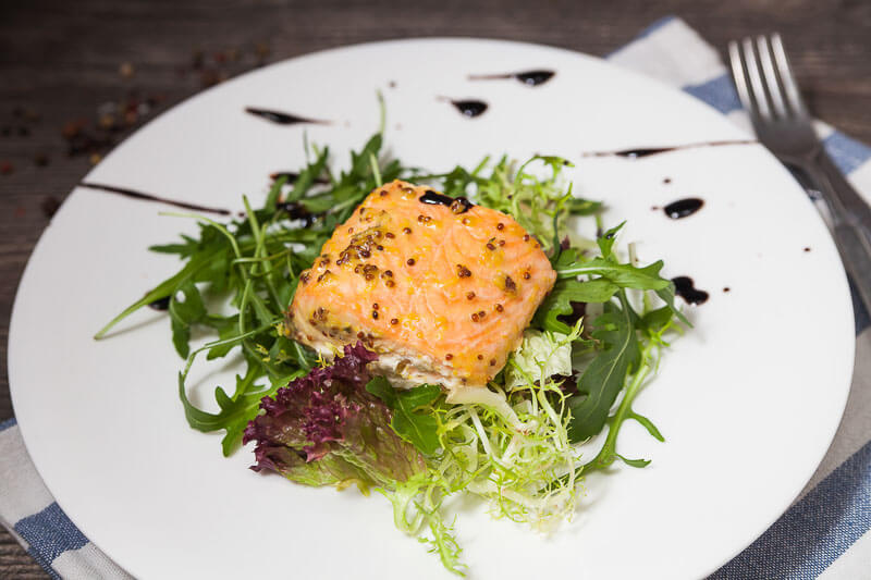 Стейк из лосося с горчично-цитроновой корочкой и ароматным маслом