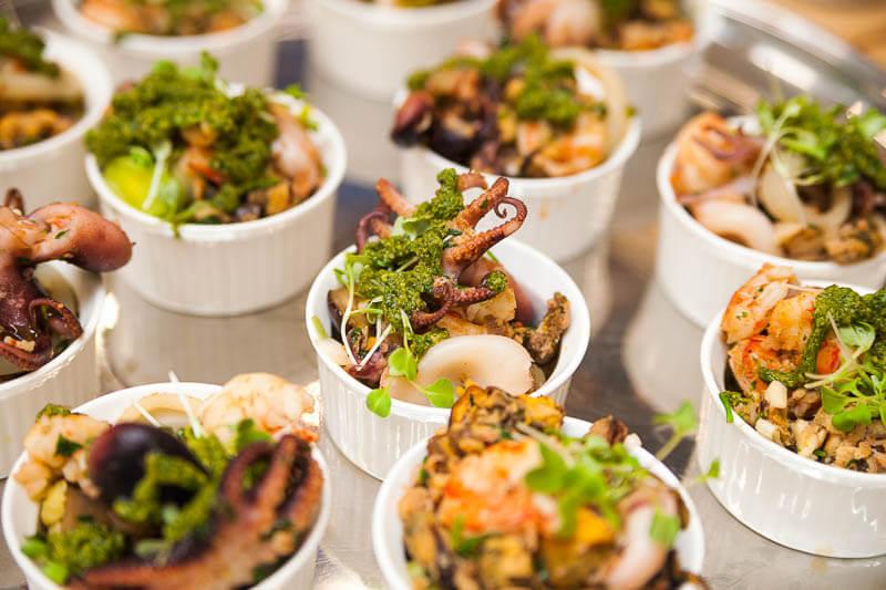 Баклажаны-гриль с морепродуктами и соусом песто из базилика