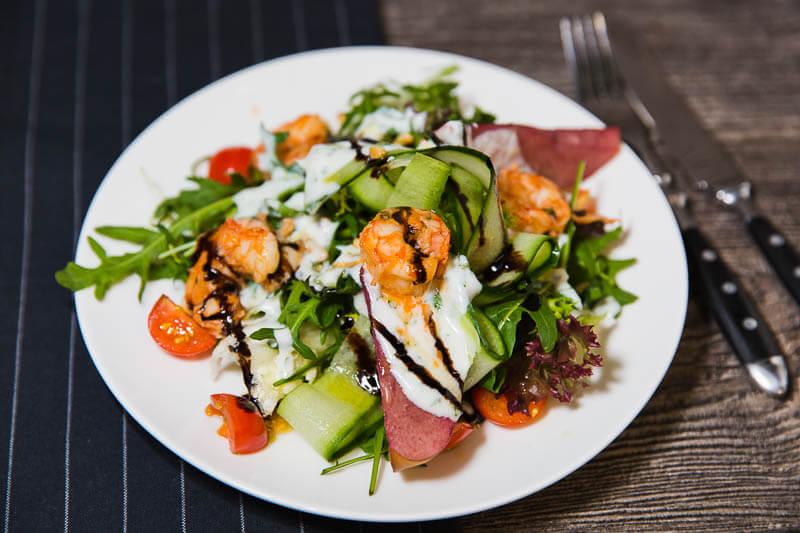 Зеленый салат с грушей и креветками под йогуртовым соусом