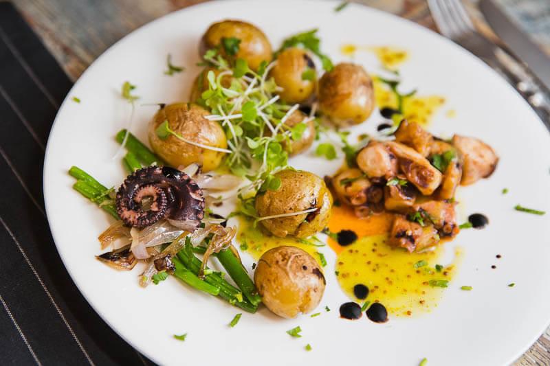 Теплый салат с осьминогом, стручковой фасолью, горошком и ароматным маслом